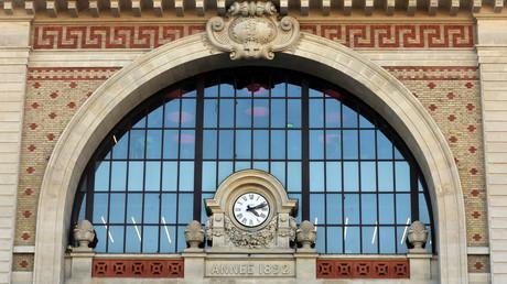 Nice : en colère contre la SNCF, des passagers descendent sur les voies (VIDEOS)