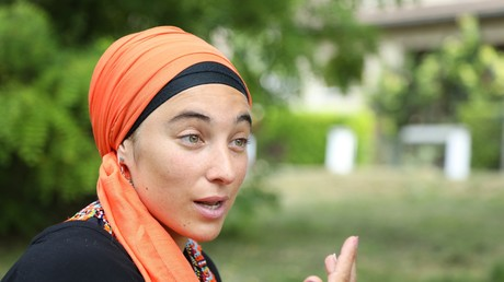 Maryam Ramadan, la fille de l'intellectuel suisse Tariq Ramadan, lors d'une interview avec RT France, en région parisienne, le 12 juillet 2018.