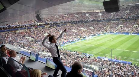 Emmanuel Macron au moment du triomphe des Bleus dans la tribune présidentielle du stade moscovite, le 15 juillet 2018.