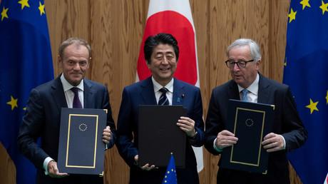 Donald Tusk, Shinzo Abe et Jean-Claude Juncker au moment de la signature de l'accord Jefta à Tokyo
