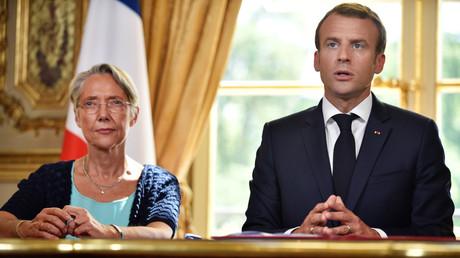Le président français Emmanuel Macron s'adresse aux médias après avoir signé une loi sur la réforme du rail avec le ministre française des Transports, Elisabeth Borne, à l'Elysée, à Paris, le 27 juin 2018.