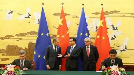 Le Premier ministre chinois Li Keqiang (c.) discute avec le président du Conseil européen, Donald Tusk (2e g.) et le président de la Commission européenne, Jean-Claude Juncker (2e d.), lors d'une cérémonie au  Grand Palais du Peuple à Pékin le 12 juillet 2016.