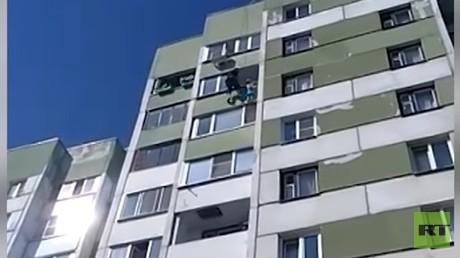 Le «Mamoudou russe» sauve une fillette suspendue dans le vide au 8e étage (VIDEO)