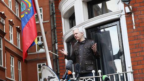 Le lanceur d'alerte Julian Assange à la fenêtre de l'ambassade de l'Equateur à Londres