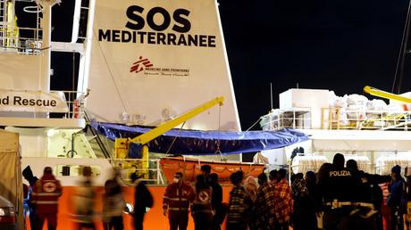 Des migrants débarquent du navire Aquarius et se retrouvent en Sicile, en Italie, le 8 juillet