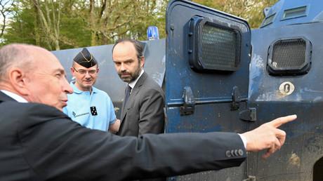 Le ministre français de l'Intérieur Gerard Collomb (gauche) et le Premier ministre français Edouard Philippe (centre) visitent le quartier général provisoire des gendarmes français dans la ZAD (Zone de Développement Différé) à Notre-Dame-des-Landes, près de Nantes, le 13 avril 2018. Illustration.