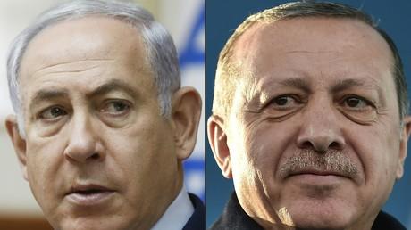 Benjamin Netanyahou (gauche), Recep Tayyip Erdogan (droite)