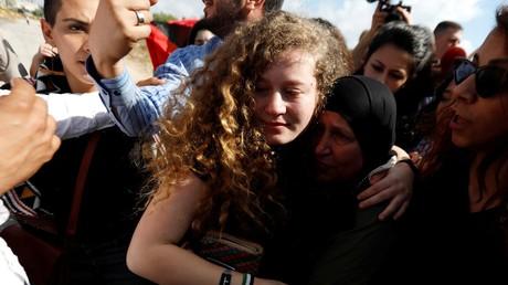 Ahed Tamimi enlace ses proches après sa libération, le 29 juillet 2018