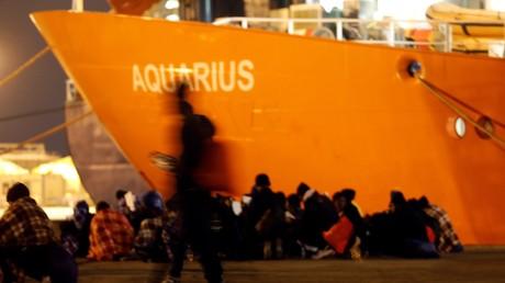 Des migrants débarque en Sicile de l'Aquarius, navire de l'ONG SOS Méditerranée, en janvier 2018 (image d'illustration)