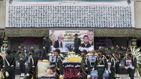 Des soldats iraniens assistent à Téhéran passent devant les cercueils de Gardiens de la révolution islamique tombés en Syrie, en 2015