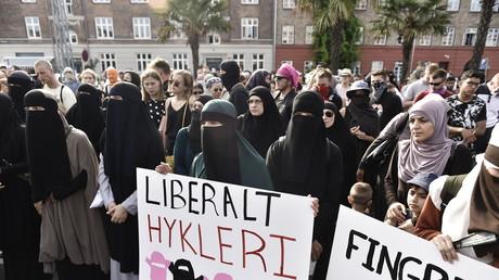 Des centaines de personnes ont protesté dans les rues de Copenhague contre l'entrée en vigueur de la loi interdisant le port du voile intégral, le 1er août 2018