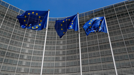 Les drapeaux européens devant la commission européenne de Bruxelles (image d'illustration).