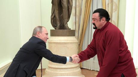 Vladimir Poutine et Steven Seagal lors d'une réunion au Kremlin, à Moscou, en novembre 2016 (image d'illustration).