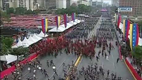 Mouvement de foule après des détonations entendues lors d'une cérémonie militaire à Caracas, le 4 août 2018