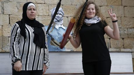 Ahed Tamimi  pose pour une photo avec sa mère,  après une conférence de presse dans le village de Nabi Saleh en Cisjordanie, le 29 juillet 2018,