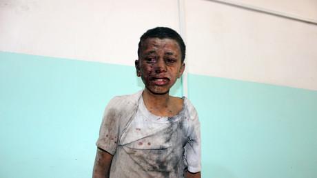 Un enfant yéménite attend d'être soigné dans un hôpital après avoir été blessé dans une attaque aérienne saoudienne dans la province de Saada, le 9 août 2018.
