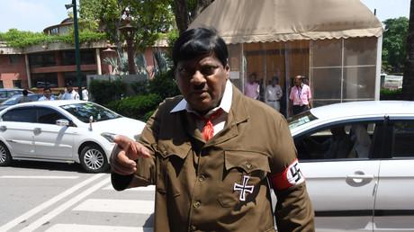 «Je suis venu pour suggérer quelque chose» : un député indien se rend au Parlement déguisé en Hitler