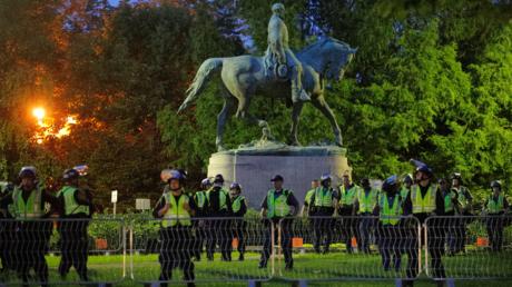 Policiers devant la statue du général Lee à Charlottesville le 11 août 2018.