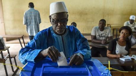 Un homme vote lors du second tour de l'élection présidentielle malienne.