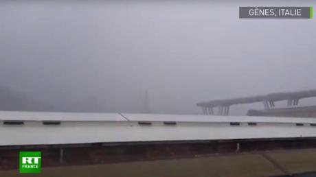 Le moment où le pont s'écroule à Gênes en Italie.