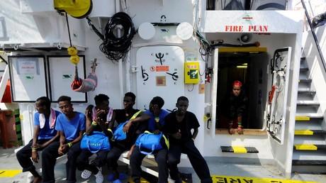 Des migrants à bord du navire de l'ONG SOS Méditerranée, Aquarius, en mer Méditerranée entre Malte et l'île italienne de Linosa.