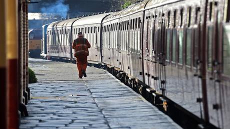 Cheminot dans la gare de Bury au Royaume-Uni