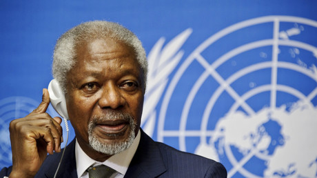 Kofi Annan écoute les questions des médias lors d'une conférence de presse à l'Office des Nations Unies à Genève, le 22 juin 2012.