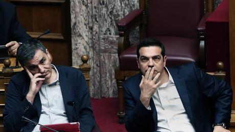 Le ministre grec des Finances Euclid Tsakalotos (g.)  et le Premier ministre  Alexis Tsipras (d.) lors d'une séance de débat au Parlement  le 22 mai 2016 (illustration).