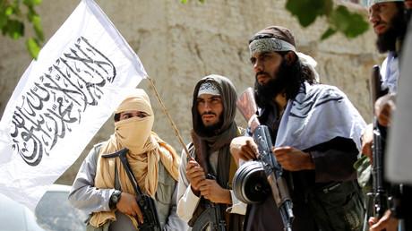 Des Taliban célèbrent le cessez-le-feu dans le district de Ghanikhel, dans la province de Nangarhar, en Afghanistan, le 16 juin 2018.