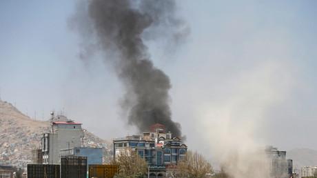 De la fumée s'élevant au-dessus de Kaboul après plusieurs attaques à la roquette le 21 août 2018.