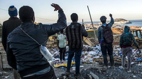 Des migrants subsahariens regardent l'enclave espagnole de Ceuta depuis le Maroc, le 5 juillet 2018 (Image d'illustration.)