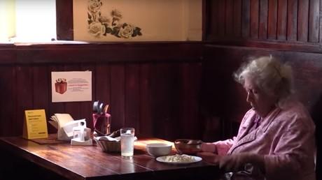 Russie : un restaurant sert des repas gratuits pour les retraités dans le besoin (REPORTAGE)