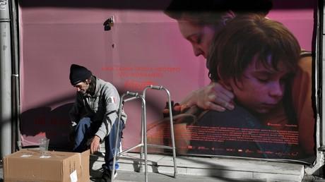Un sans-abri dans une rue d'Athènes, en décembre 2017 (image d'illustration).
