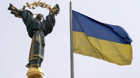 Monument de l'indépendance et drapeau ukrainien