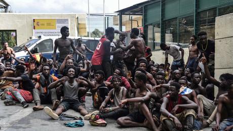 Des migrants après avoir mis le pied sur le sol de Ceuta le 22 août