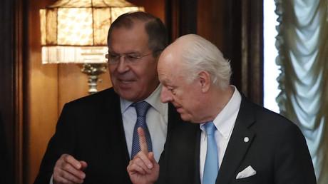 Le ministre russe des Affaires étrangères, Sergueï Lavrov (g.) et l'émissaire de l'ONU Staffan de Mistura (d.), en avril 2018 (illustration).