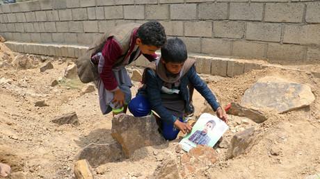 Des enfants déposent une photographie d'un garçon tué le 9 août dans les frappes de la coalition dirigée par l'Arabie saoudite, à Saada le 13 août 2018 (image d'illustration).