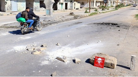 Illustration : une moto passe dans la ville de Khan Cheikhoun en Syrie, le 5 avril 2017