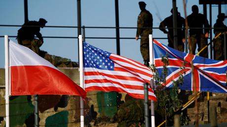 Les drapeaux polonais, américain et britannique réunis à l'occasion d'un exercice militaire de l'OTAN en Pologne en 2016 (illustration).