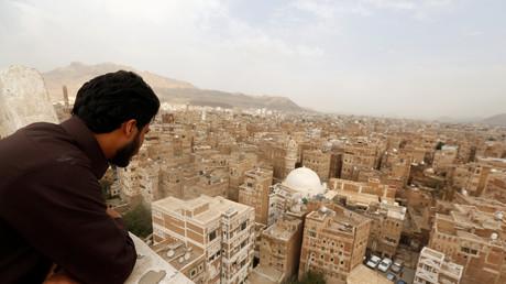Un homme regarde les bâtiments du vieux quartier de Sanaa, au Yémen, le 6 août 2018.