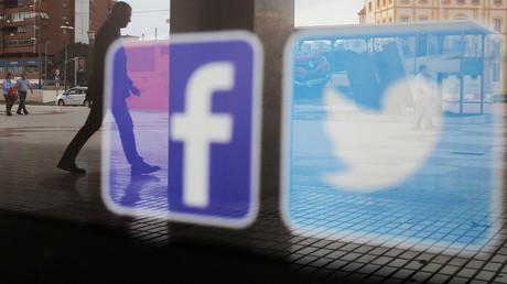Les logos Facebook et Twitter sur une vitrine à Malaga, en Espagne, le 4 juin 2018.