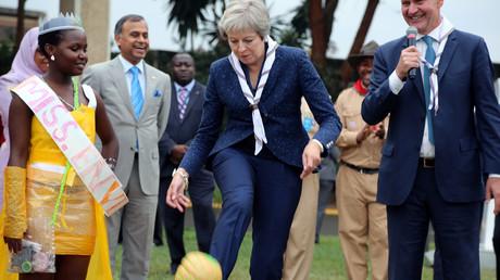 A Nairobi au Kenya, le Premier ministre britannique Theresa May frappe un ballon en plastique recyclé après avoir exécuté des pas de danse très commentés à travers le globe.