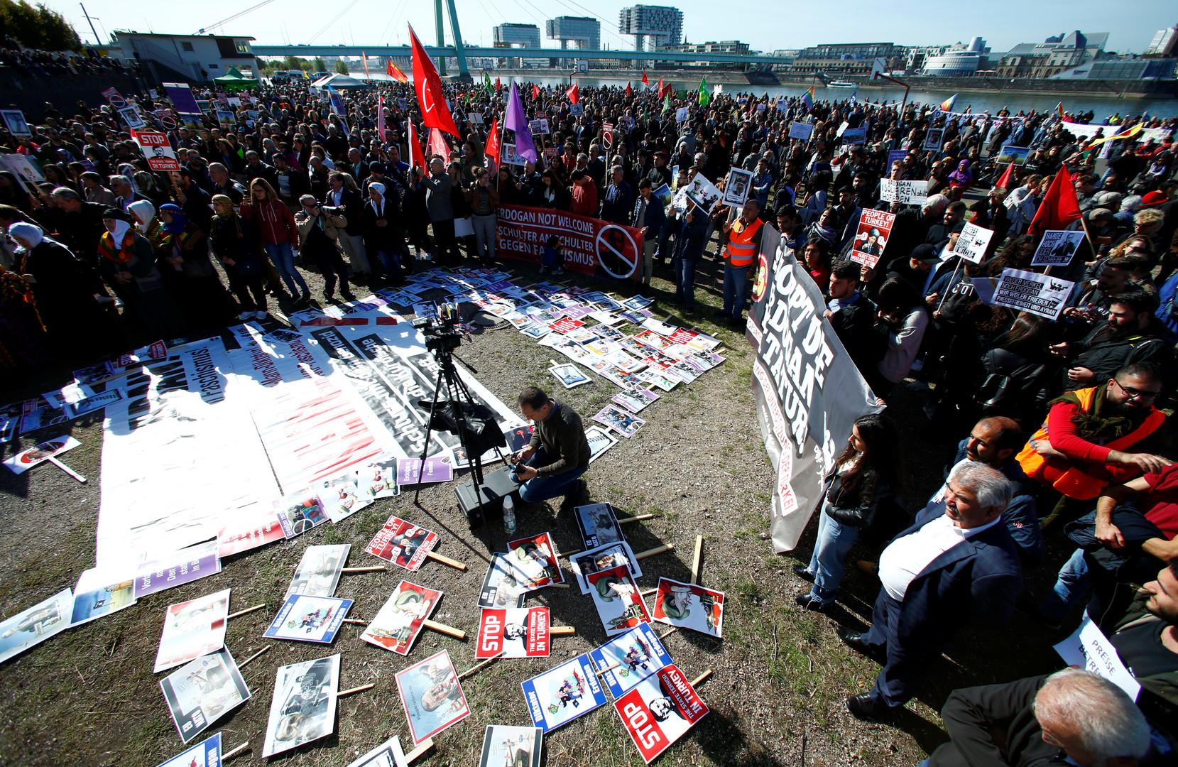 Cologne : manifestation contre le président turc Erdogan, venu inaugurer une grande mosquée (IMAGES)