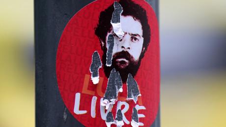 Une affiche en faveur de la libération de Lula, partiellement déchirée (image d'illustration).