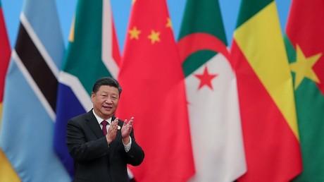 Le président chinois Xi Jinping a annoncé une aide sans condition de 60 milliards à l'Afrique, face aux critiques des Occidentaux
