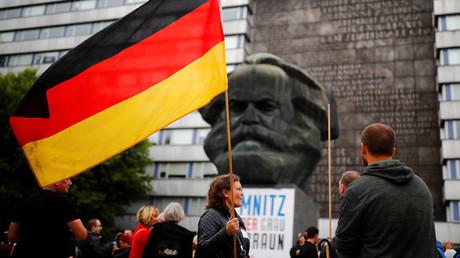 Manifestants anti-immigration devant une statue de Karl Marx à Chemnitz le 1er septembre 2018