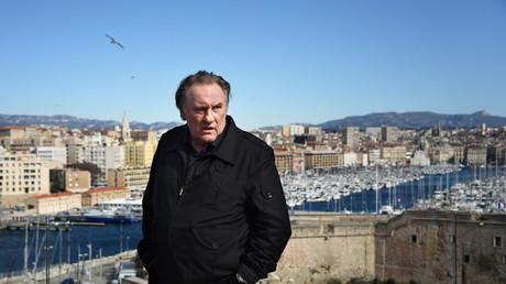 Le 18 février 2018 à Marseille, l'acteur français Gérard Depardieu pose lors d'un photocall pour la deuxième saison de la série