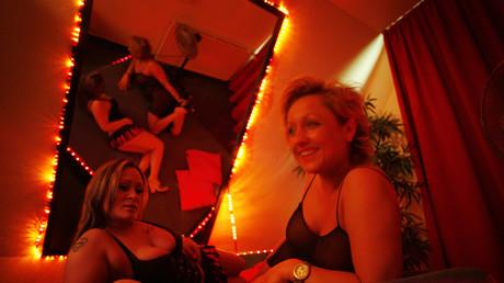 Deux prostituées posent sur un lit dans une maison close d'Hambourg en Allemagne en 2009 (image d'illustration).