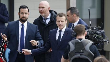 Alexandre Benalla à gauche en compagnie d'Emmanuel Macron au centre, 12 avril 2018, illustration