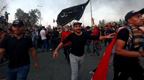 Des Irakiens manifestent devant bâtiment gouvernemental à Bassora, le 7 septembre 2018.